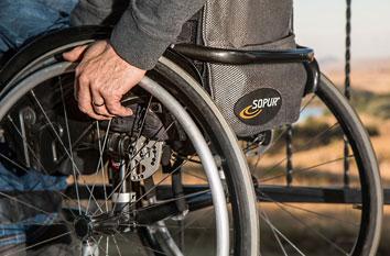 Mann Rollstuhl versicherung vorsorge handwerker krankenversicherung