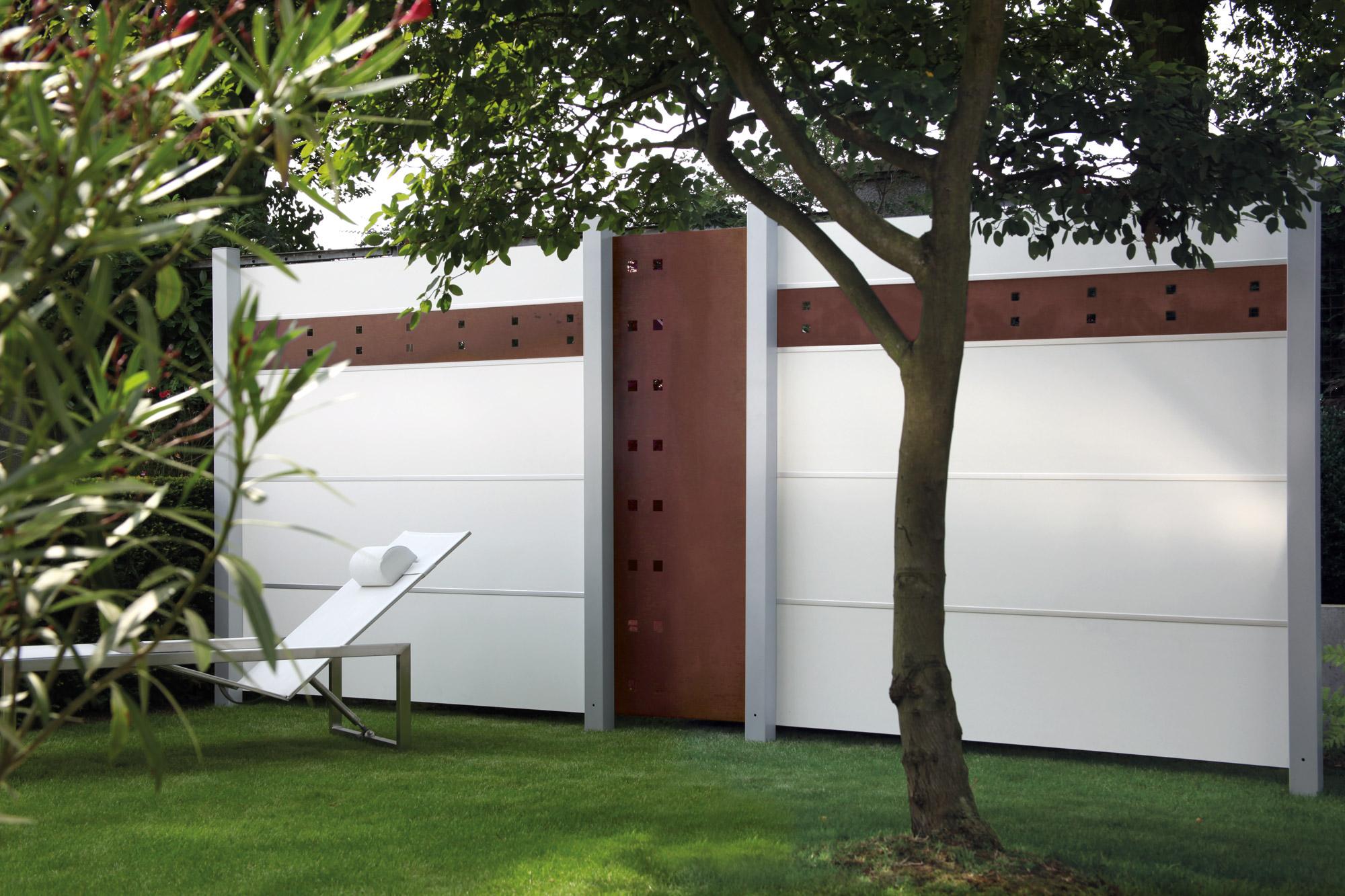 Zu sehen ist ein elevato Sichtschutzzaun mit Beispielen einer Gestaltungsmöglichkeit.